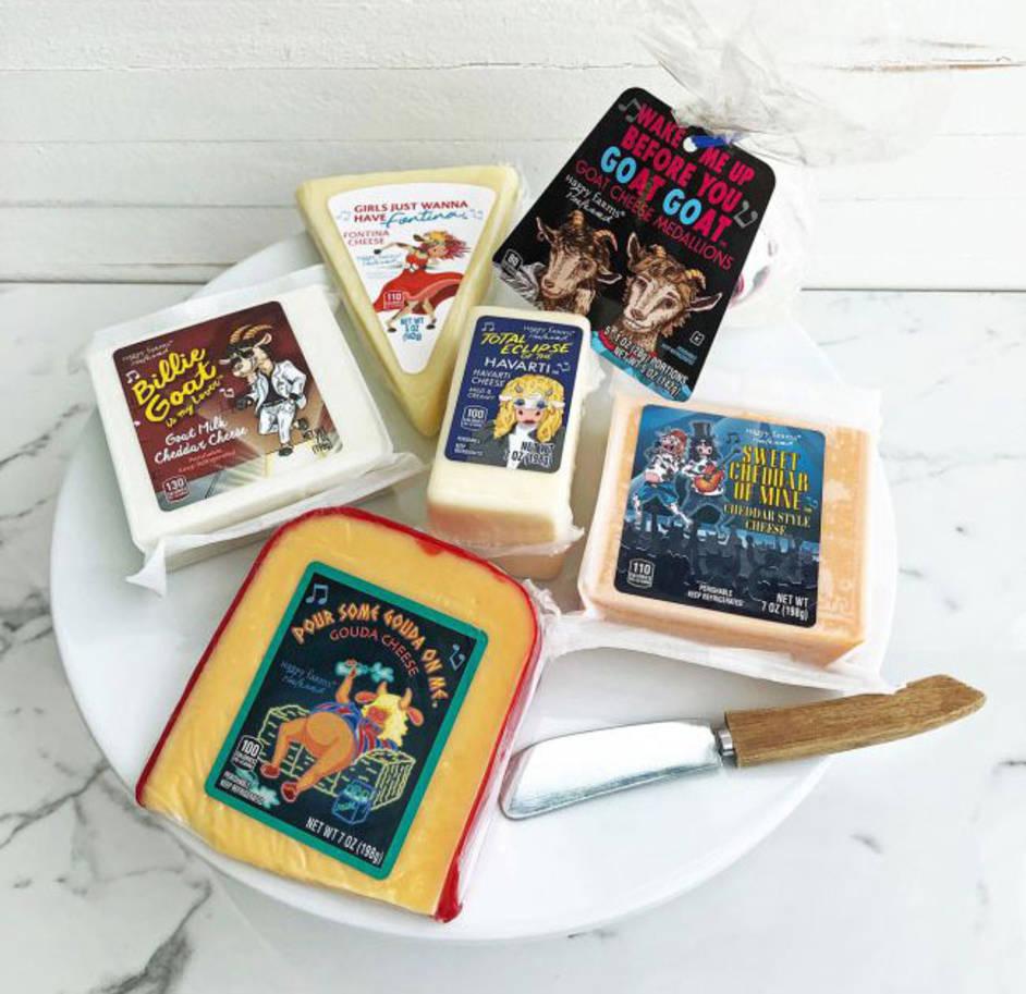 Käsevariationen auf einem Teller angerichtet, die Verpackung zeigt Titel in anlehnung an Musiktitel